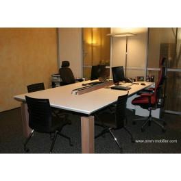 Table de réunion sur mesure finition blanc mat et pieds façon noyer n°1